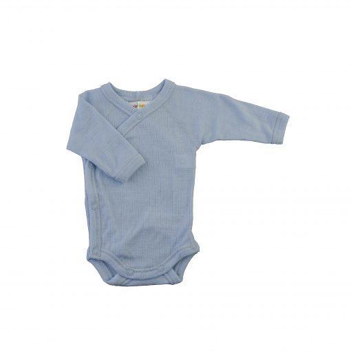 Langærmet body til for tidligt født. Lyseblå svanemærket merinould. Body'en har skrålukning.