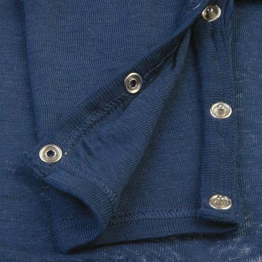 Heldragt i 100% uld. Blå med knapper i ben og skulder. Papfar. Knapper ved ben.