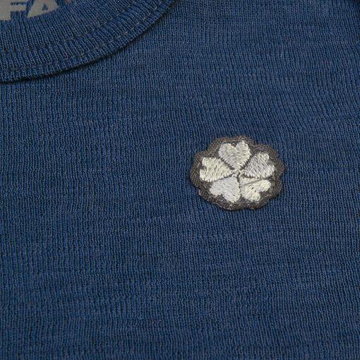 Heldragt i 100% uld. Blå med knapper i ben og skulder. Papfar. Papfar-mærke.