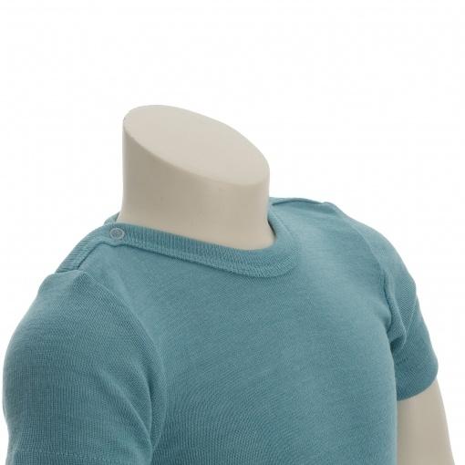 Økologisk body med korte ærmer. Engel body i turkis uld silke. Halsområdet.