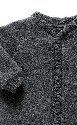 Køredragt i uld. Softuld med knapper. mørkegrå. Joha. Detaljebillede