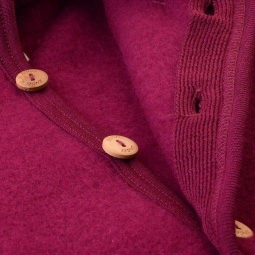 Engel køredragt i bordeaux fleece softuld. Detalje af knapper.