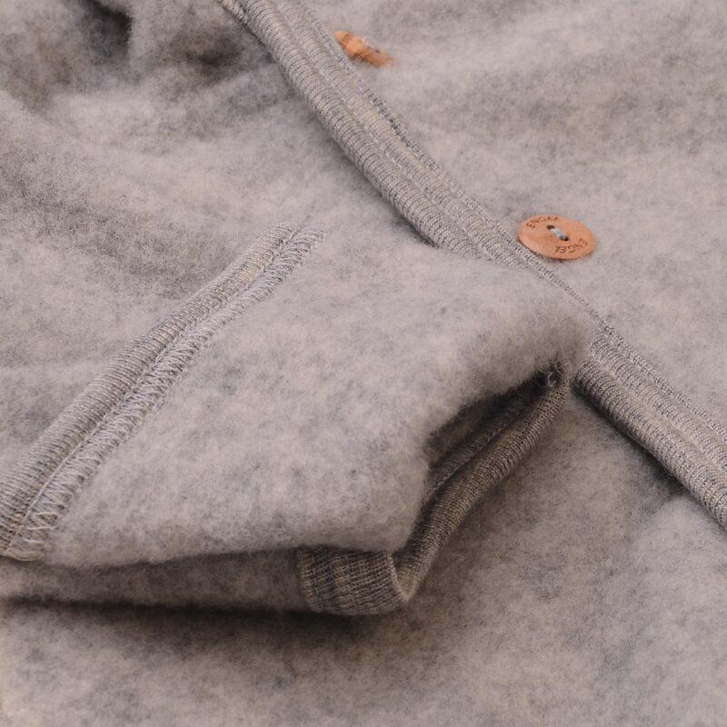 Engel køredragt i grå fleece softuld. Detalje af folde om og knap.