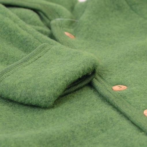 Engel køredragt i grøn fleece softuld. Detalje af folde om og knap.