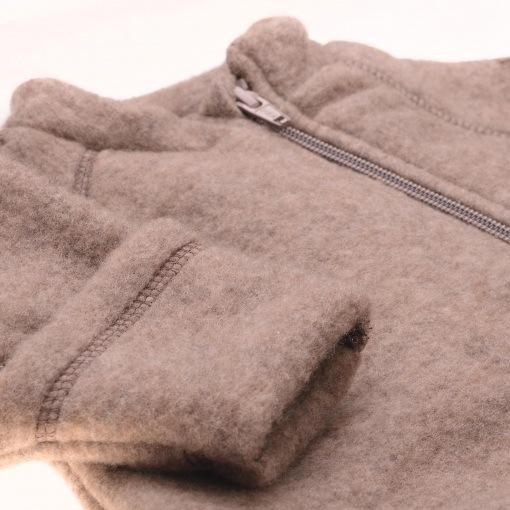 køredragt i uld fra Mikk-Line. Med lynlås og tryllefod - cappucino. Close up.