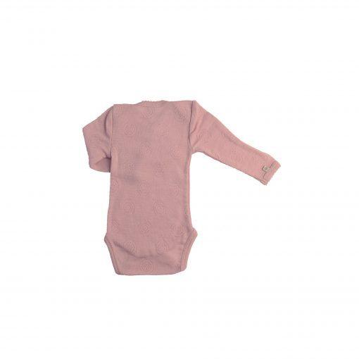 Body med lange ærmer, trykknapper og hulmønster. Rosa merinould fra Smallstuff. Bagsiden.