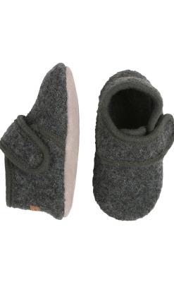 Hjemmesko i mørkegrå uld filt og bunden er af lammeskind. Strop lukkes med velcro. Melton.