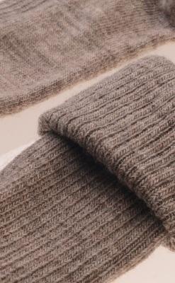 Uldstrømpe fra Melton. Smal rib strik. Meget elastisk. Sandfarve - Close up