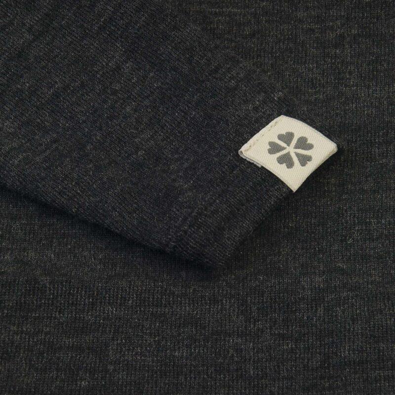 Body med lange ærmer i sortmeleret uld. Flot tynd kvalitet fra Papfar. Detalje af ærme.