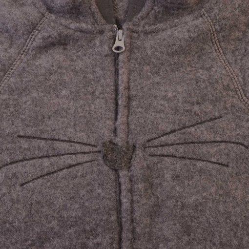 Køredragt i mørkegrå softuld med hætte fra Kattnakken. Detalje af knurrehår.