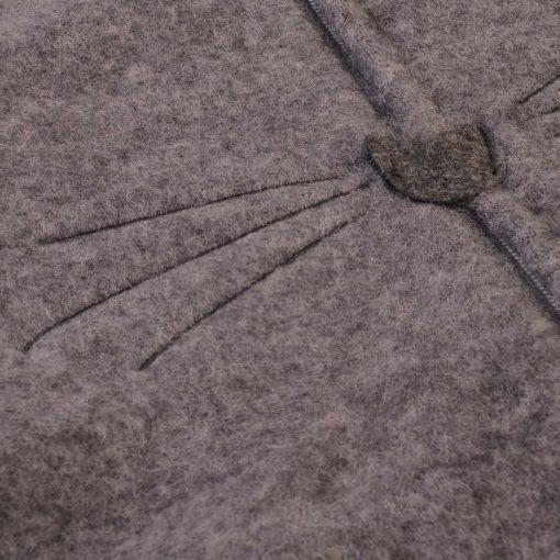Køredragt i mørkegrå softuld med hætte fra Kattnakken. Detalje.