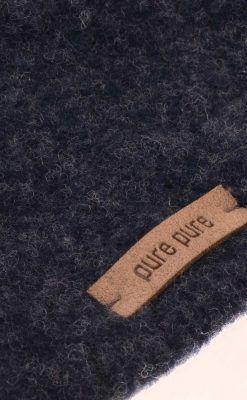 Halstørklæde i mørkeblå softuld. GOTS uld. Detalje.