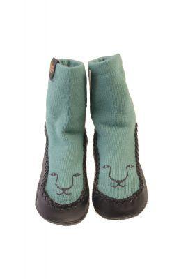 Hjemmesko i uld med ruskindssål. Pistacie-grøn med kattehoved.