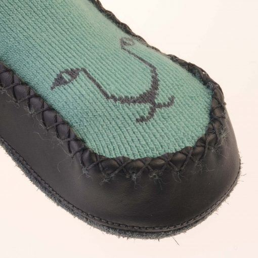 Hjemmesko i uld med ruskindssål. Pistacie-grøn med kattehoved. Detaljebillede af kattehoved
