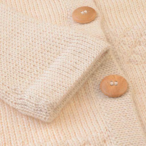 Cardigan i hvid alpaka uld fra FloFlo. Detalje af ærme.