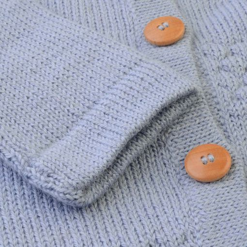 Cardigan i lyseblå alpaka uld fra FloFlo. Detalje af ærme.