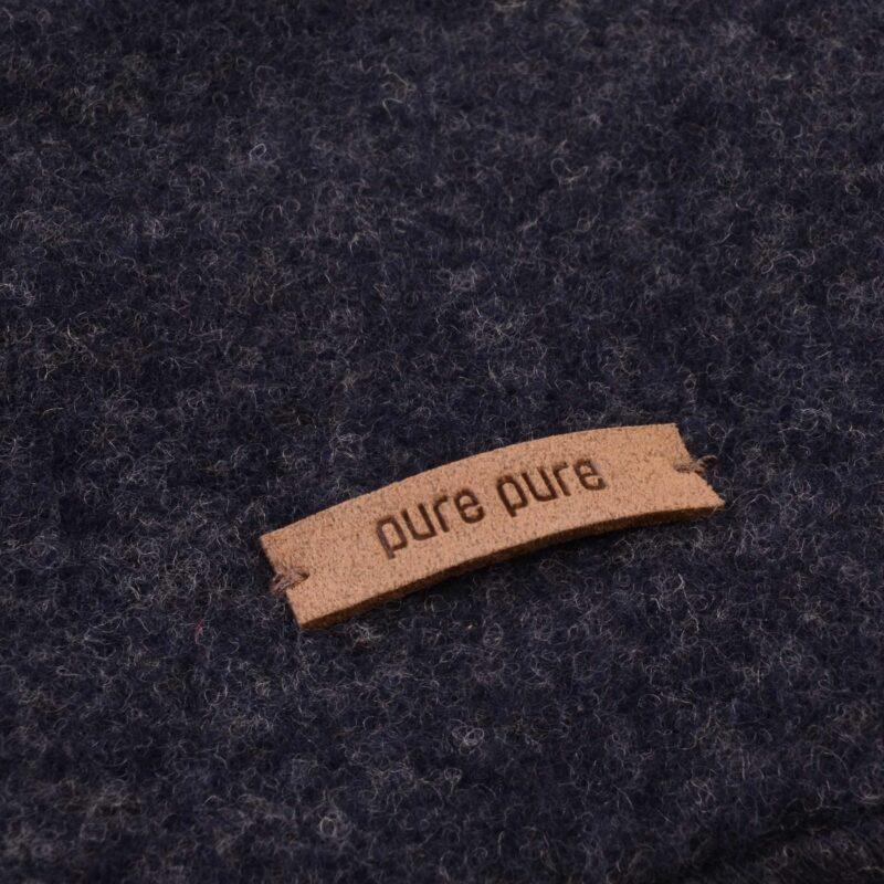 Elefanthue i mørkeblå softuld. GOTS merinould fra Pure Pure. Detalje af uld.