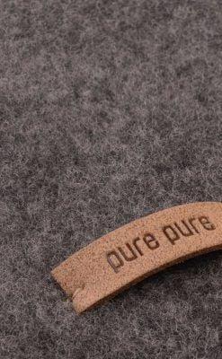 Elefanthue i grå softuld. GOTS merinould fra Pure Pure. Detalje af uld.