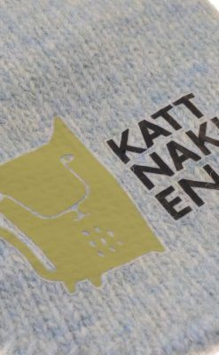Luffer i blåmeleret uld fra Kattnakken. Lufferne har pote i hånden. Close up af tryk på forsiden.