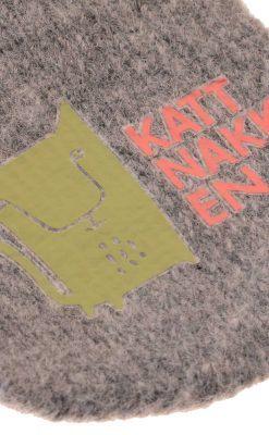 Luffer i gråmeleret uld fra Kattnakken. Lufferne har pote i hånden. Close up af tryk på forsiden.