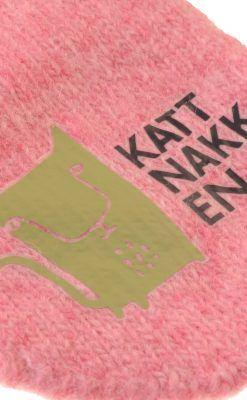 Luffer i lyserød uld fra Kattnakken. Lufferne har pote i hånden. Close up af tryk på forsiden.