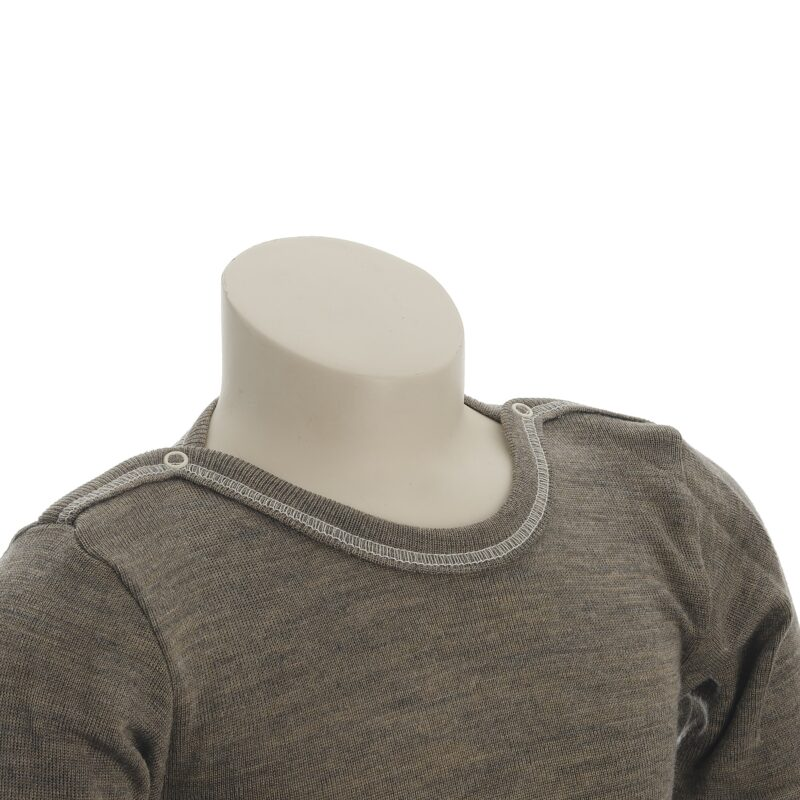 Økologisk body med lange ærmer i brun uld silke. Body'en er fra Engel. Detalje af hals med syninger og knapper.
