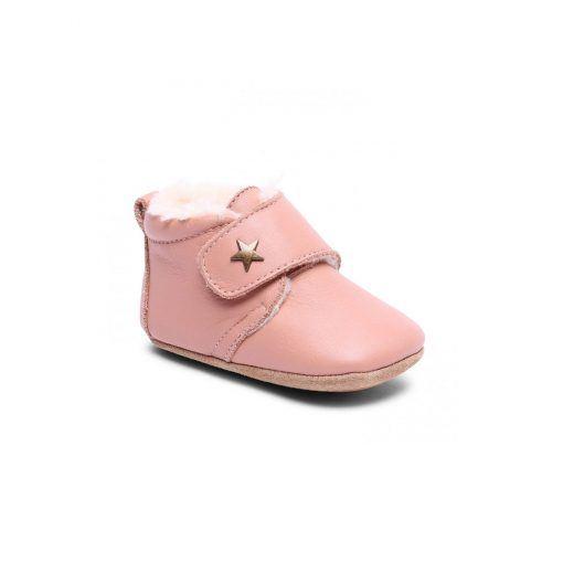 bisgaard prewalker hjemmesko i rosa læder. Lukkes med velcro og sålen er i ruskind og skridsikker naturgummi.