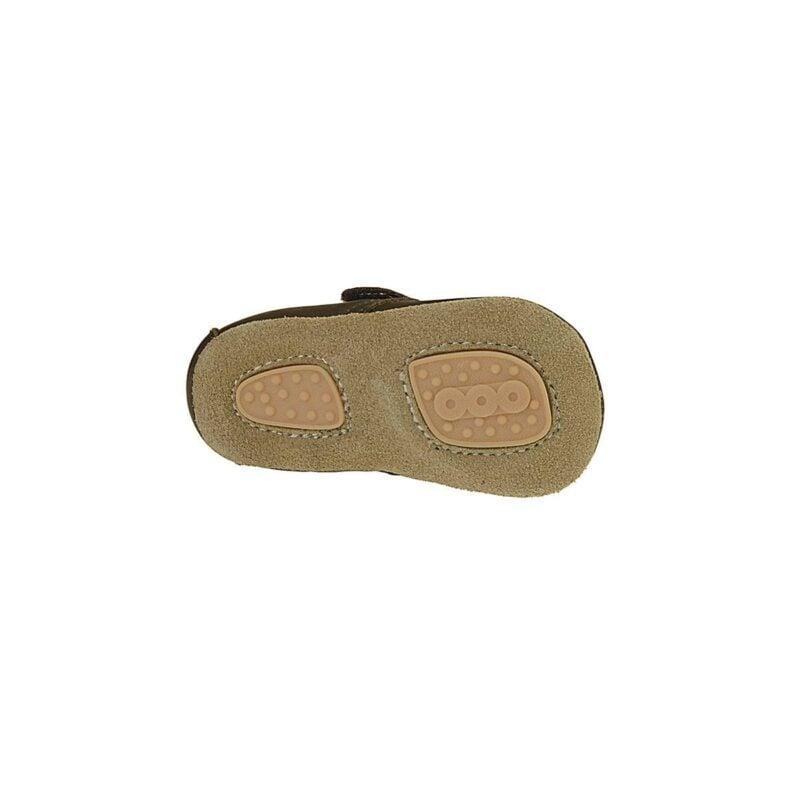 Hjemmesko i brun læder med uldfor. Velcrolukning og ruskindssål med skridsikker gummi. Her ses sålen af ruskind med 2 felter af skridsikker naturgummi.