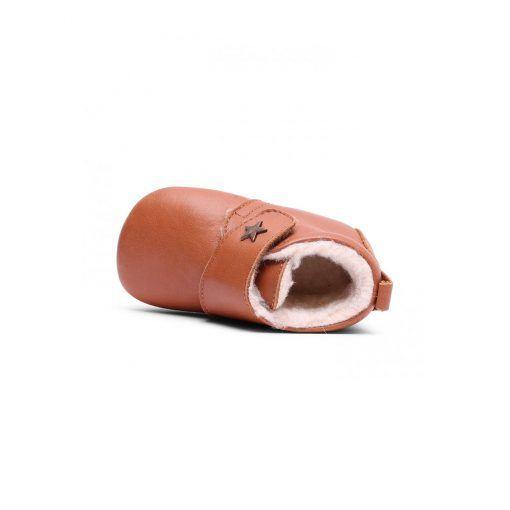 Hjemmesko i læder med uldfor. Velcrolukning og ruskindssål med skridsikker gummi. Indvendig er der et tykt lag blødt og varmt uldfor.