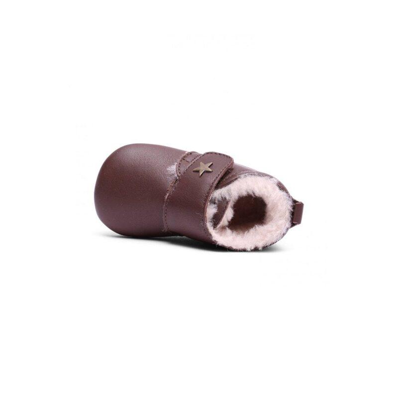 Hjemmesko i brun læder med uldfor. Velcrolukning og ruskindssål med skridsikker gummi. Indvendig er der et tykt lag blødt og varmt uldfor.