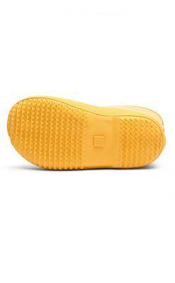 Gummistøvle i gul naturgummi. Gummistøvlen har en tyk indersål af uld og undersiden har et kraftigt mønster der kan stå fast i mudder. Bisgaard.