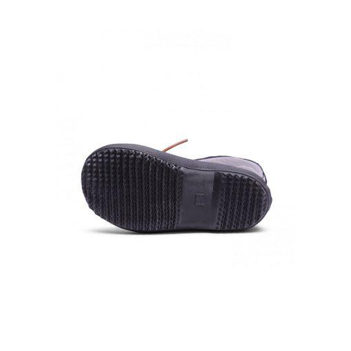 Gummistøvle i sort naturgummi med glimmer. Gummistøvlen har en tyk indersål af uld og undersiden har et kraftigt mønster der kan stå fast i mudder. Bisgaard.