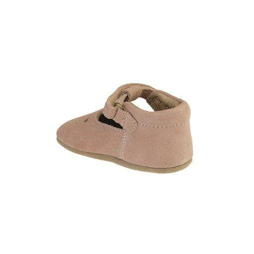 Rosa ballerina hjemmesko i ruskind. Hælkappen er forstærket, så den er stiv og giver god støtte. Resten af skoen er ret fleksibel. Lang stærk velcrolukning. Bisgaard.