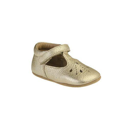 Guld ballerina hjemmesko i læder. Skoen har et flot hulmønster og lukkes med velcro. Bisgaard.