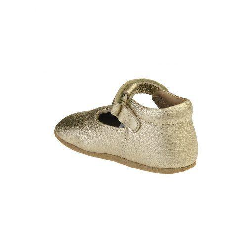 Guld ballerina hjemmesko i læder. Hælkappen er forstærket, så den er stiv og giver god støtte. Resten af skoen er ret fleksibel. Lang stærk velcrolukning. Bisgaard.