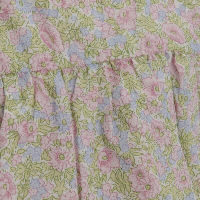 Blomstret kjole til pige. Fin sommerkjole med korte ærmer og med blomstret motiv og kniplingkanter. Detalje af liberty-printet.