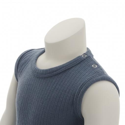 Body uden ærmer i støvet blå Oeko-Tex uld fra SmallStuff. Detalje af knapper ved skulder.