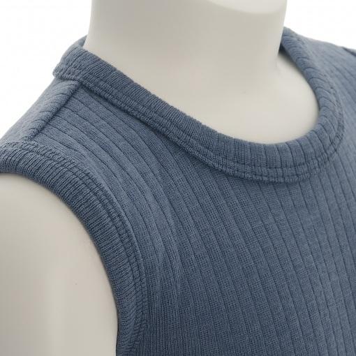 Body uden ærmer i støvet blå Oeko-Tex uld fra SmallStuff. Detalje af skulder og hals.