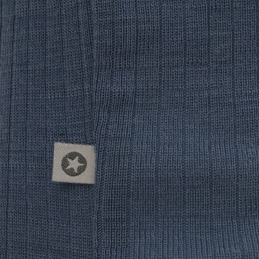 Body uden ærmer i støvet blå Oeko-Tex uld fra SmallStuff. Detalje af SmallStuff mærke.