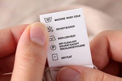 Følg vaskelabelen på tøjet, når du vasker uld. Oftest tåler det maskine på 30°C