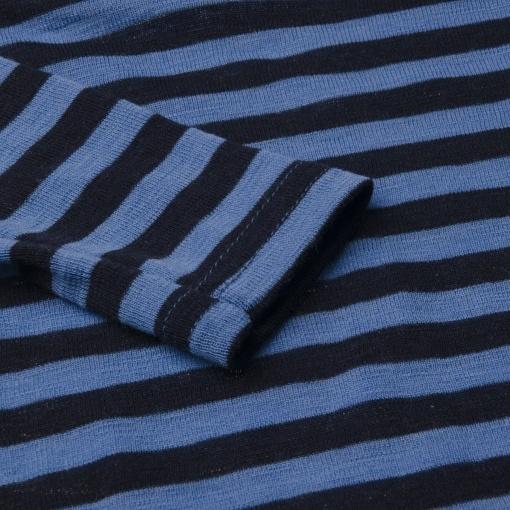 Langærmet body med blå striber. 100% svanemærket merinould fra Joha. Detalje af ærme.