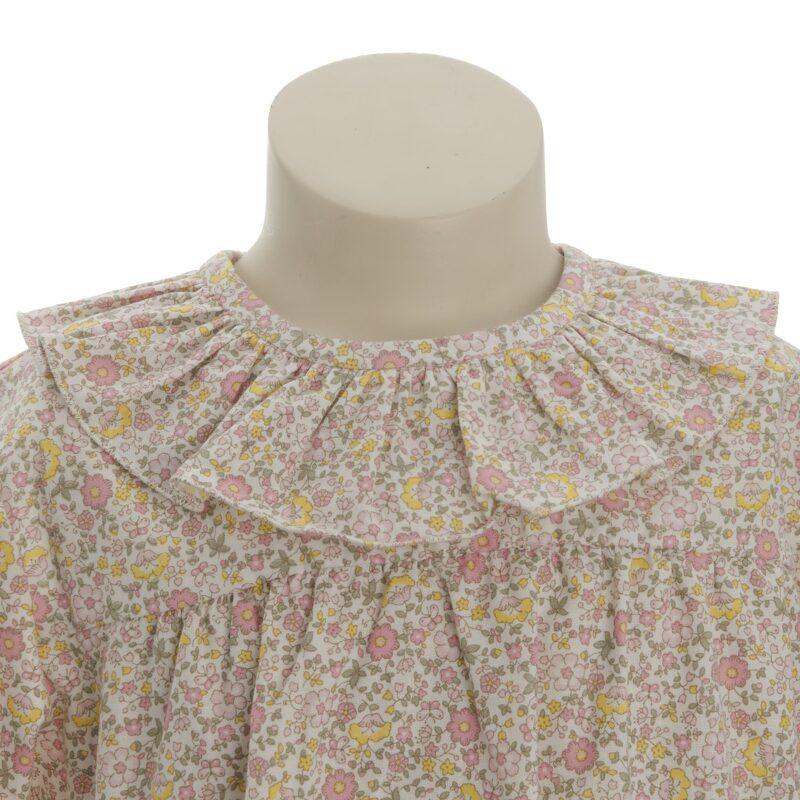 Bluse i blomstret mønster. Sommerbluse i gul og lyserødt mønster. Fin flæse krave. Alerin.