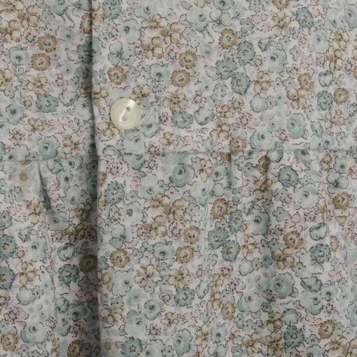 Kjole i blomstermønster med lange ærmer. Detalje af knap og mønster. Alerin