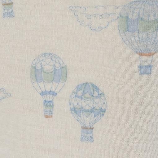 Body med korte ærmer. Sommerbody fra Joha. Detalje af blå print.