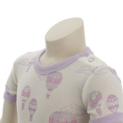 Body med korte ærmer. Sommerbody med rosa print fra Joha. Detalje af halsområde.