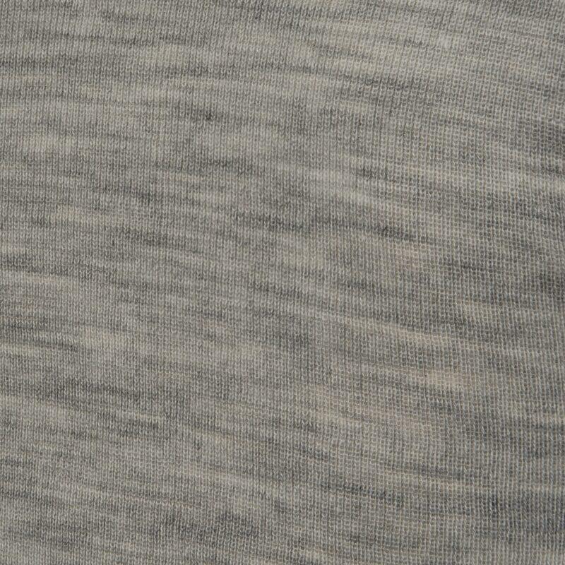 Langærmet økologisk body i grå uld silke fra Engel. Body har amerikansk lukning. Detalje af stof.