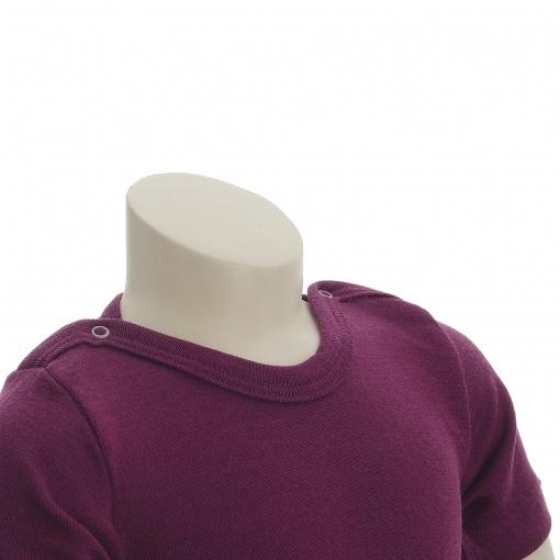 Økologisk body med korte ærmer. Engel body i bordeaux uld silke. Halsområdet.