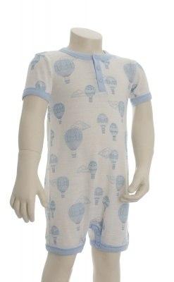 Sommerdragt i Svanemærket uld fra Joha. Blå luftballon-print. Korte ærmer og ben.