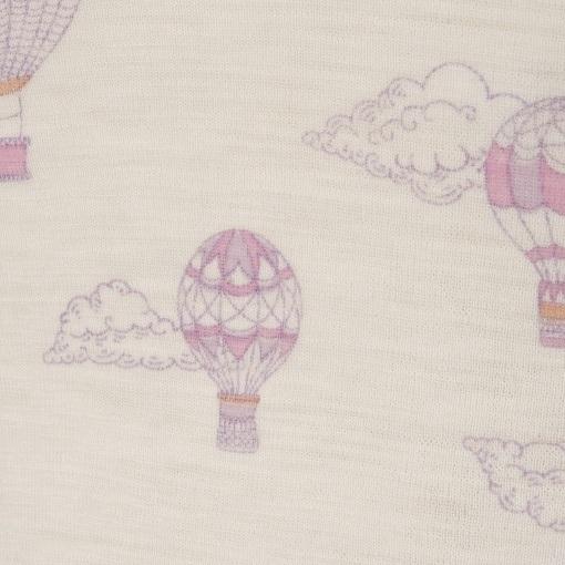 Sommerdragt i Svanemærket uld fra Joha. Detalje af rosa print.