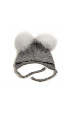 Huttelihut baby hjelm i grå alpaka. Hjelmen har 2 hvide kvaste.